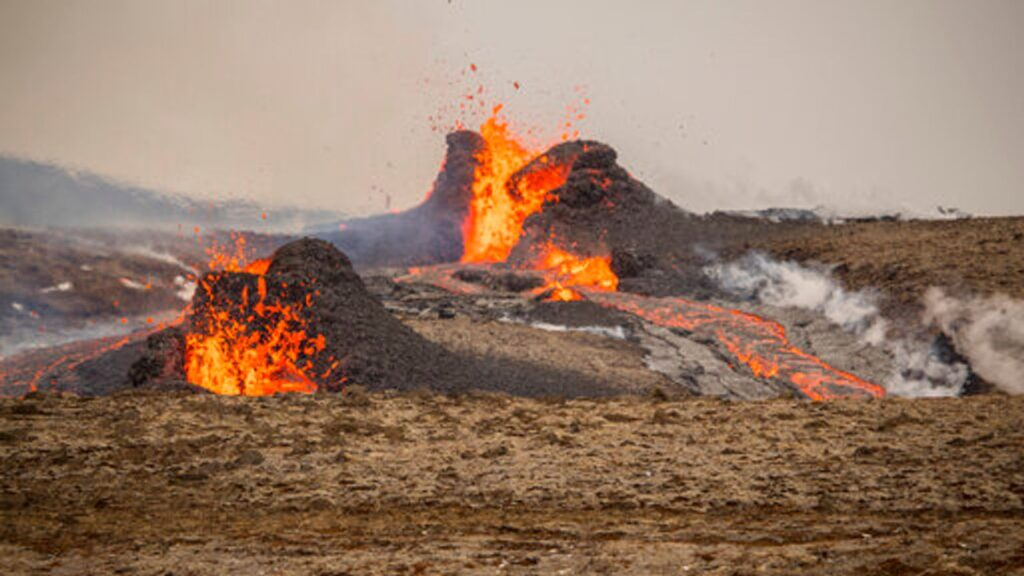 Iceland volcano: Hikers evacuated as lava spurts from new crack in surface